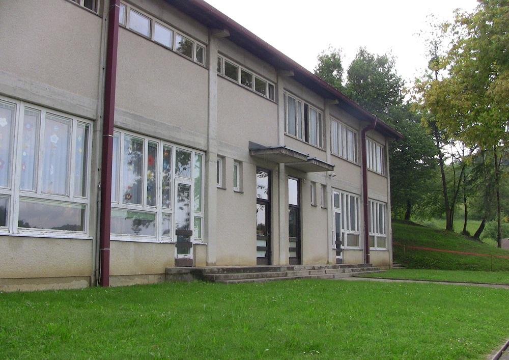 S 1. septembrom 1976 sta v novih prostorih vrtca pod šolsko telovadnico začeli delovati dve skupini otrok.